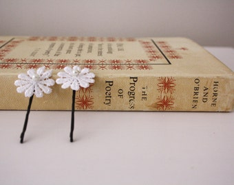 Set of 2 White Material Daisy Bobby Pin with Pearl