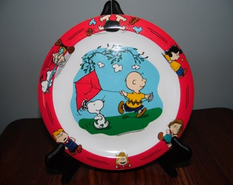 "Peanuts Gang Melamine Plate 8.75"" Snoopy, Charlie, Lucy, Patty, Linus with Charlie Brown Flying Kite"