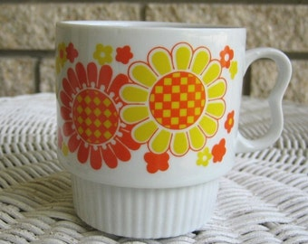 Vintage retro stacking mug cup STYLECRAFT Japan Eames Mid-Century FLOWER POWER That 70s Show daisy daisies orange yellow
