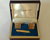 Vintage NOS/DEADSTOCK SIMMONS Gold Tone/Plated Cufflink and Tie Clip Set