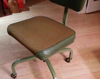 Excellent condition green secretary's chair on fantastic casters
