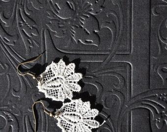 dainty ivory lace earrings / vintage lace earrings / small guipure earrings