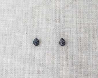 faceted droplet studs. - black silver