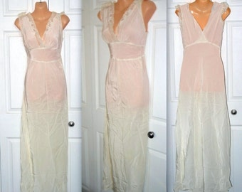 Earth angel ....... Vintage 40s bias cut nightgown / 1940s Aristocraft / lace cream ivory off white / shelf bust V back .. S M/ Bust 34