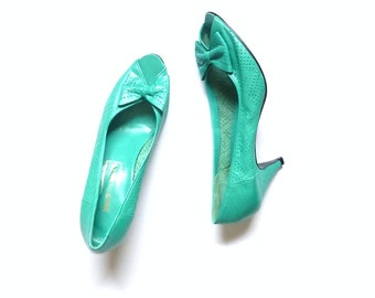 Flirty 80s vintage Peep-Toe leather turquoise pumps with bow // size 7 1/2 blue green heels // Nuova Moda women's shoes // made in Spain