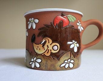 Tea mug with hedgehog and daisies