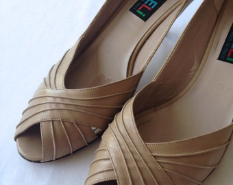 vintage. PEEPTOE. leather. NUDE. neutral. PUMPS. size 8. 1980s.