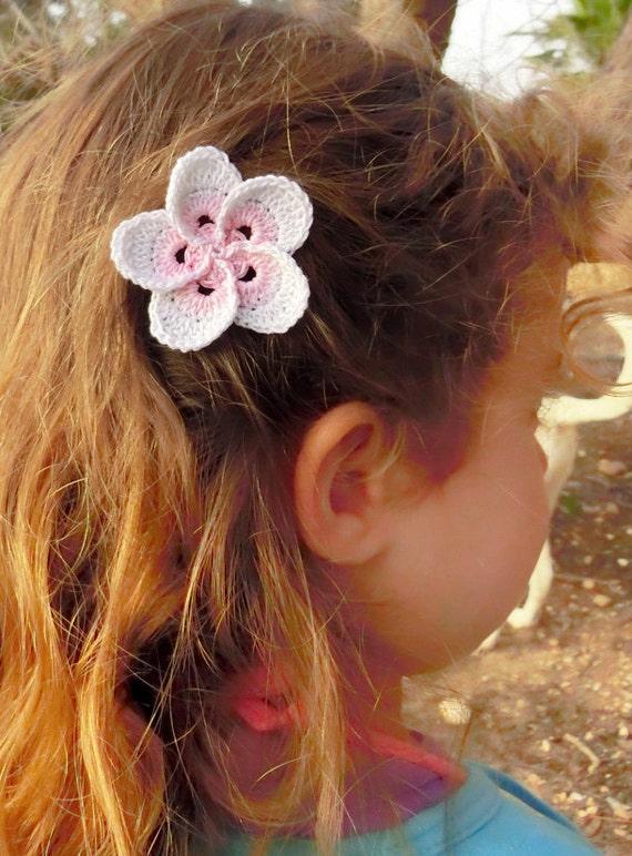 pince cheveux fleur frangipanier plumeria crochet par goolgool. Black Bedroom Furniture Sets. Home Design Ideas