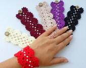 Crochet bracelet, pearl bracelet, friendship bracelet, Crochet wrist cuff, wrist warmer, bracelet with glass pearl. Party Favor.