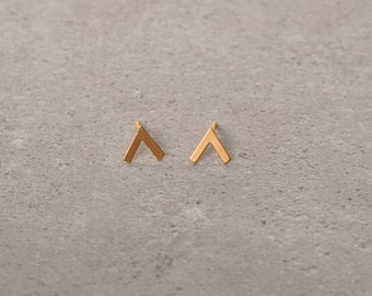 v shaped earrings, golden earrings, minimalist and simple earrings, simple gift for her, everyday jewelry, gold v posts, golden studs