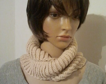 Knitted Möbiusschal in beige with soft sheen