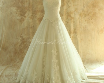 Strapless ivory tulle lace wedding dress, ball gown with sweetheart neckline