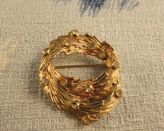 1950s gold-tone feathered wreath brooch, diamanté detail
