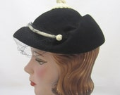 "Womens ""Jockey"" Hat w/ top knot - Mod hat in Black felt ivory trim, Pollack/Glenover - 22 - 1960s"