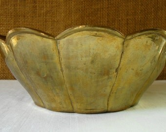 VINTAGE BRASS BOWL Scallop Edge Solid Cast Brass Bowl Engraved India Brass Bowl Serving Decor Brass Bowl Mid Mod Brass Sculpted Brass Bowl