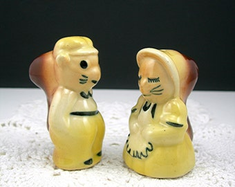 Squirrels Salt and Pepper Set, Yellow Ceramic, Vintage c1950s, Anthropomorphic Girl and Boy, Collectible Kitchen, No Corks (WB1)