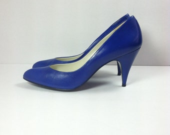 Vintage Cobalt Blue Shoes / Vintage Bright Blue Leather Pumps / size 7.5