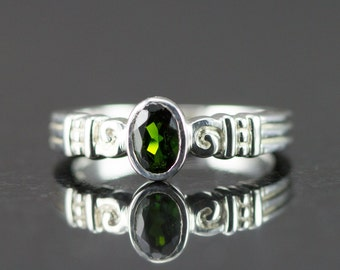 Chrome Diopside Sterling Ring - 4 x 6 mm Oval Chrome Diopside Fashion Ring