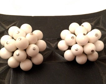 JAPAN stamped Mad Men WHITE Plastic Beads Cluster Grape Like Clip on Earrings 50s 60s The Sixties Authentic Vintage Jewelry artedellamoda