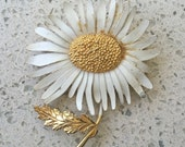 RARE Vintage signed 'Pastelli' White Enamel Gold Daisy Mumm Flower Brooch Pin