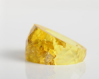 size 6 round faceted eco resin ring | citron yellow with metallic gold flakes