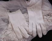 Beautiful Ivory Wear Right Ladies Nylon Wrist Gloves