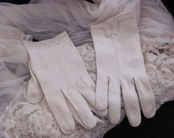 Beautiful Ivory Wear Right Ladies Nylon Wrist Gloves