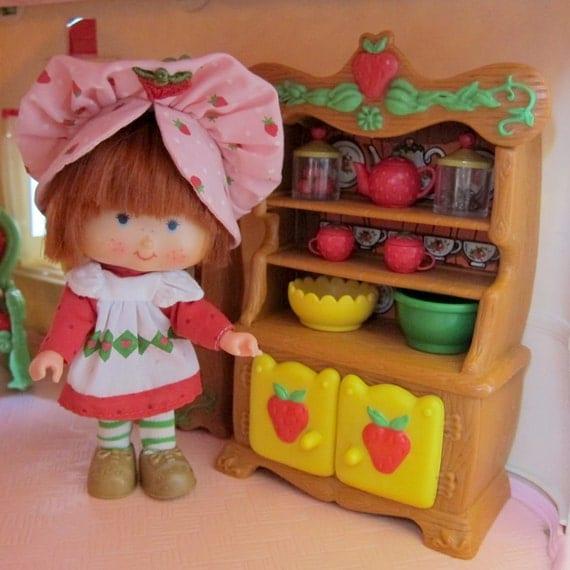 Bahut vaisselier pour charlotte aux fraises vintage berry for Maison de charlotte aux fraises