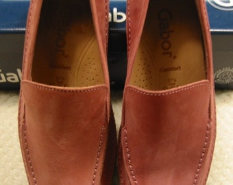 vintage womens  altrose (mauve/dusty rose) nubuck leather slip on shoes by Gabor . . . 6  1/2M . . . new in box