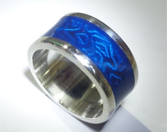 Silver ring engraved and handpainted with personalized text inside: blu.