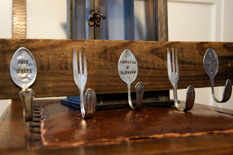 personalisierte hakenleiste aus altem besteck weinkistenholz. Black Bedroom Furniture Sets. Home Design Ideas