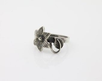 Vintage Sterling Silver Flower and Leaf Artisan Ring Sz 8.5. [1500]
