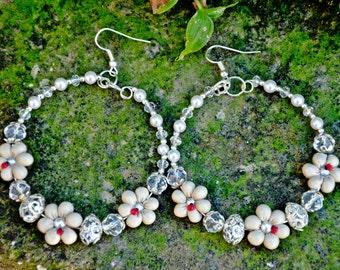 Hoop earrings with daisies beije and ladybugs