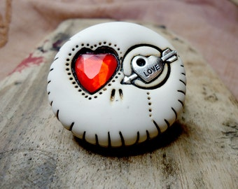 White round skull with hearts in his eyes. Brooch, keychain, pendant or magnet (you choose)