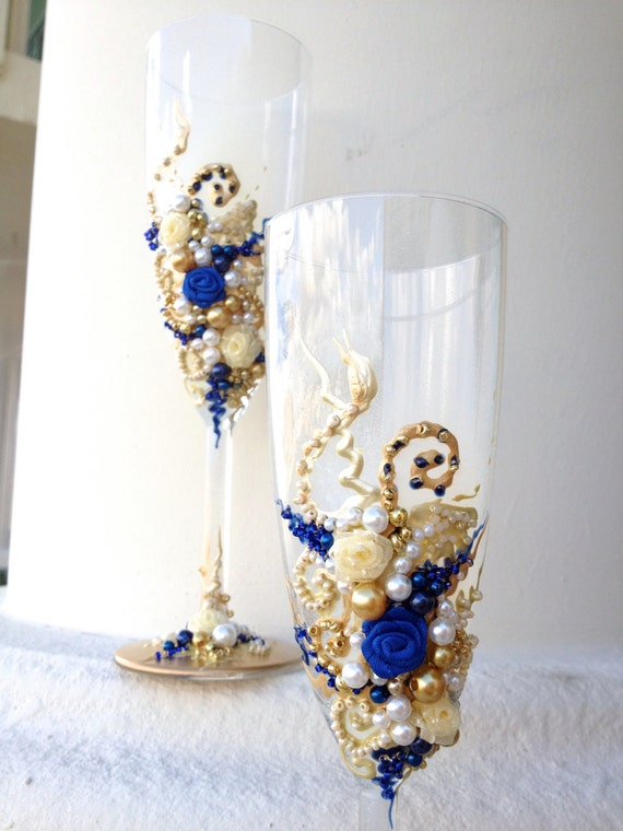 Items similar to Hand decorated wedding champagne glasses ...