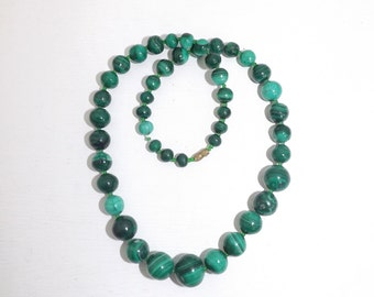 Vintage green real malachite and tiny glass beads graduated necklace