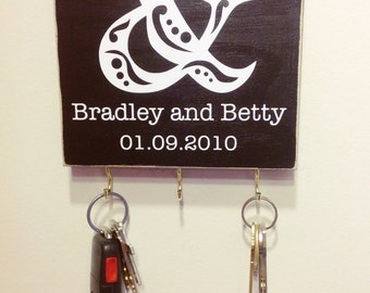 Personalized Ampersand Sign / Key Holder in Black and White. Personalized Wedding Gift. Wedding date. Personalized Wood Sign. Gift Idea