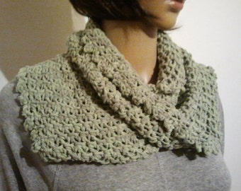 Tunisian crochet Möbiusschal in light green with grey