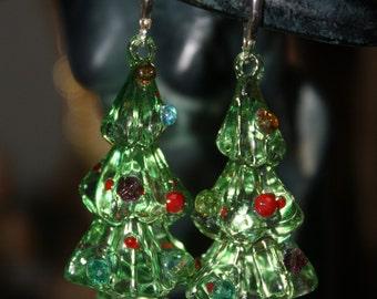 Green Tannenbaum Adorned with multi-colored Ornaments