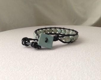 LB09 Kiwi jasper, ladder bracelet, 18 8mm stones on black leather cord