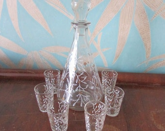 circa 1940s stoppered decanter and 6 liqueur glass set, white & gold sprig/leaves motif