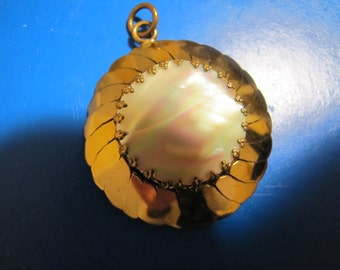 Vintage Pretty Shell and Brass Pendant Jewellery Costume Jewelry MOP Mother Of Pearl