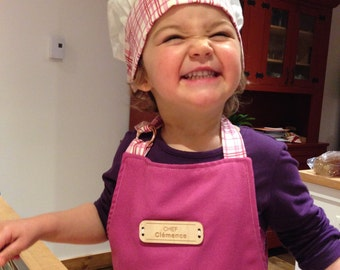 Apron custom child. Personalized gift (embroidery or wood laser engraved button). Different colors available.