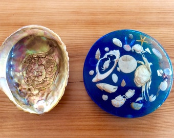 Abalone Shell Dish and Sea Shells Souvenir Resin Plaque. Tiny Crabs, Tiny Sea Star, Weird Kitschy Sea Creatures Collectibles from Canada.