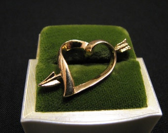 """Vintage Avon 1983  """"Love Struck"""" Gold Tone Heart with Shooting Arrow Pin Brooch"""