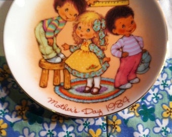 "Vintage Avon 1984 Mother's Day Plate ""Love Comes In All Sizes"""