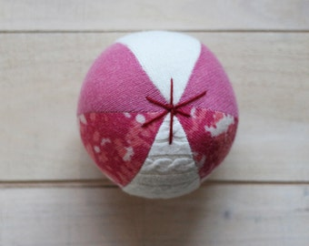 upcycled wool ball pink and white - balle de laine récupérée rose et blanche