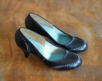 vintage 1940s shoes / 40s black leather babydoll pumps / size 5.5