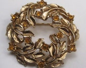 Vintage 1950s Yellow Topaz Glass Rhinestone Floral Swag Wreath Brooch Office Vtg