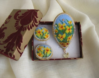 Brooch and clip-on earrings set. Bead embroidery daffodil flower brooch and earrings. Beaded brooch and earrings set. Mother's Day gift.
